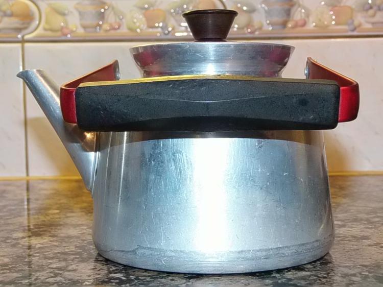 Alumiininen kahvipannu pakeliittikahvalla