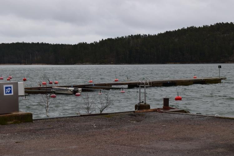 Röölän satama maaliskuussa. Septitankin tyhjennyspumppu vasemmalla.