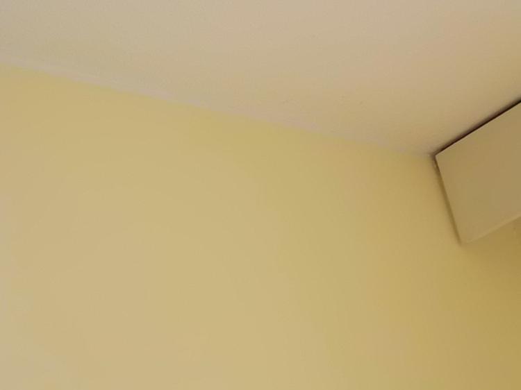 Katon ja seinän rajaan on hyvä vetää maalarinteippirajaus