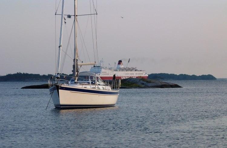 Ankkurissa Ruotsin puolella, kuvassa ruotsalaisvene