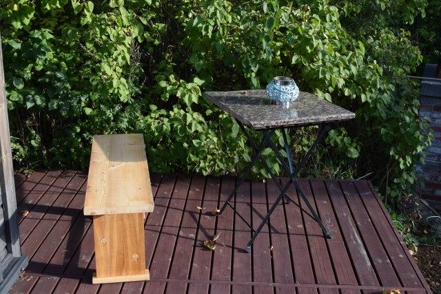 Ikeaakin mahtuu täydelliseen kokonaisuuteen. Ikean puutarhapöytä.
