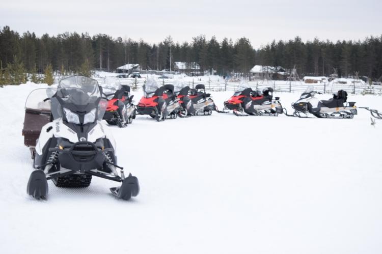 Moottorikekkailijaryhmä retkellä
