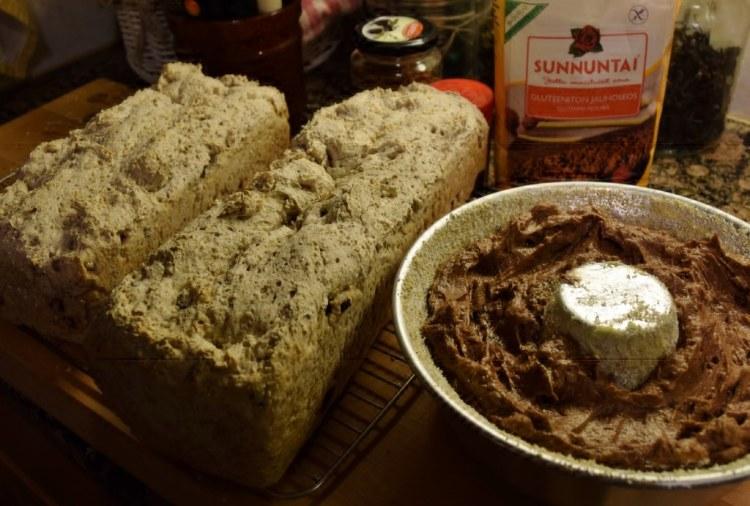 Tällä kertaa kakku pyöreään kakkuvuokaan. Finaxin Karkea leipäseoksesta tehdyt ja kuivatuilla karpaloilla maustetut gluteenittomat vuokaleivät valmiina.