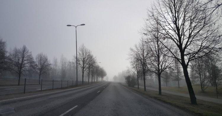 Kevätsumuinen aamu kaupungissa
